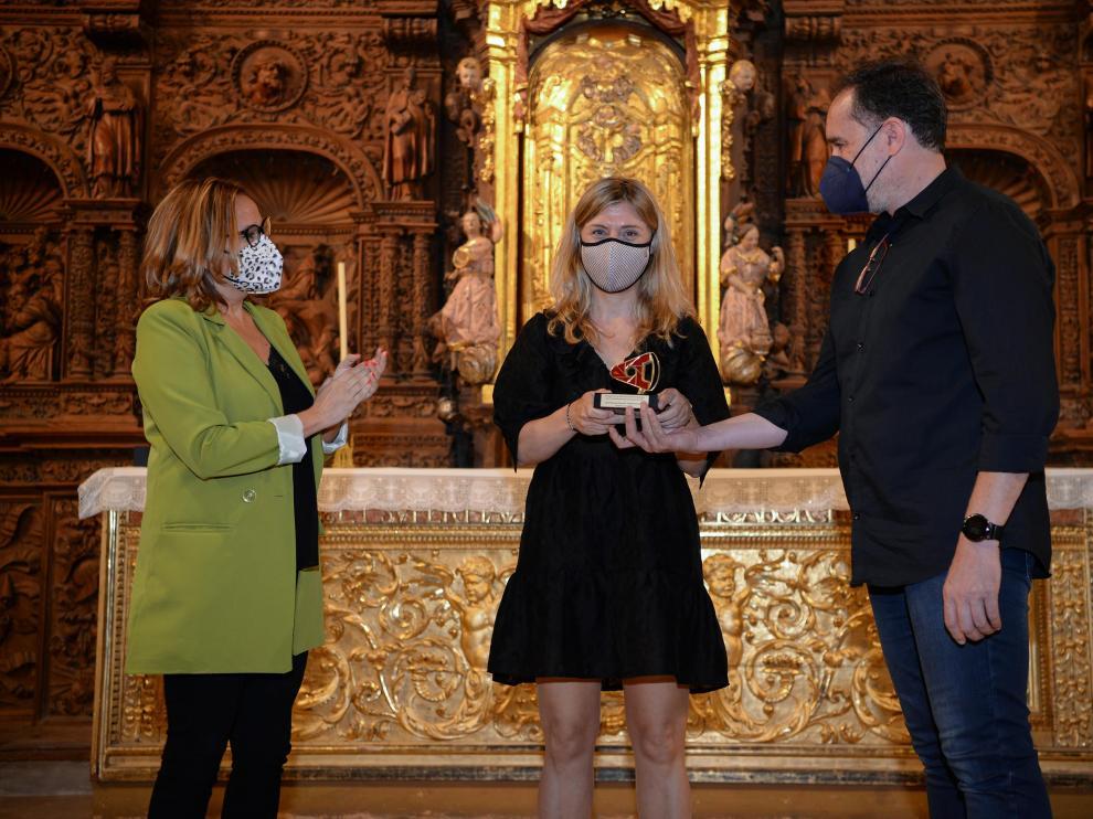 José Miguel Marco entrega del premio de los fotoperiodistas aragoneses a Judith Prat, de Covid Photo Diaries, en presencia de la consejera Mayte Pérez.