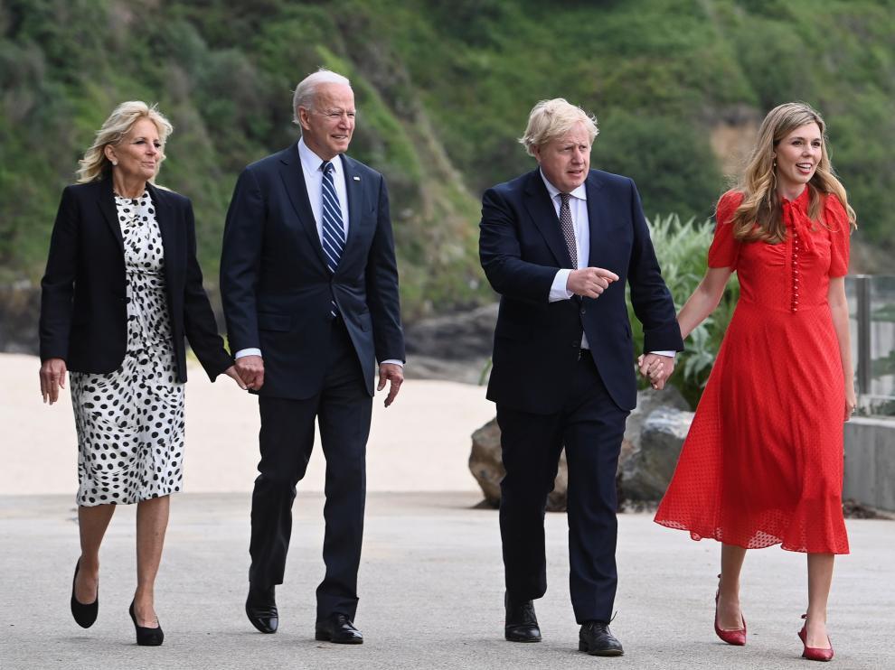 Joe Biden con su esposa, Jill, y Boris Johnson con la suya, Carrie.