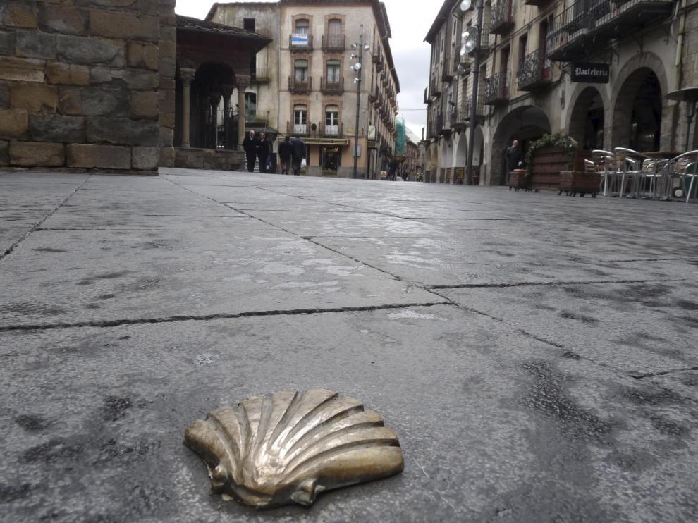 Más de 150.000 peregrinos recorren cada año el Camino Francés desde los Pirineos hasta Santiago de Compostela.