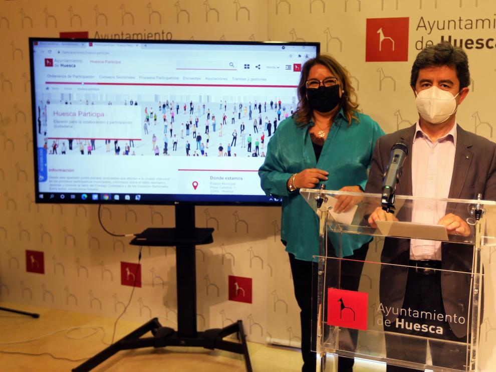 Rosa Serrano y Luis Felipe durante la presentación de la web Huesca Participa.