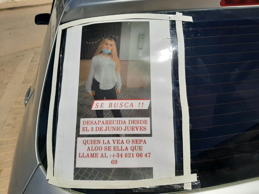 Un cartel pegado a un coche con la fotografía de la joven de 17 años Rocío Caíz, desaparecida en 3 de junio.