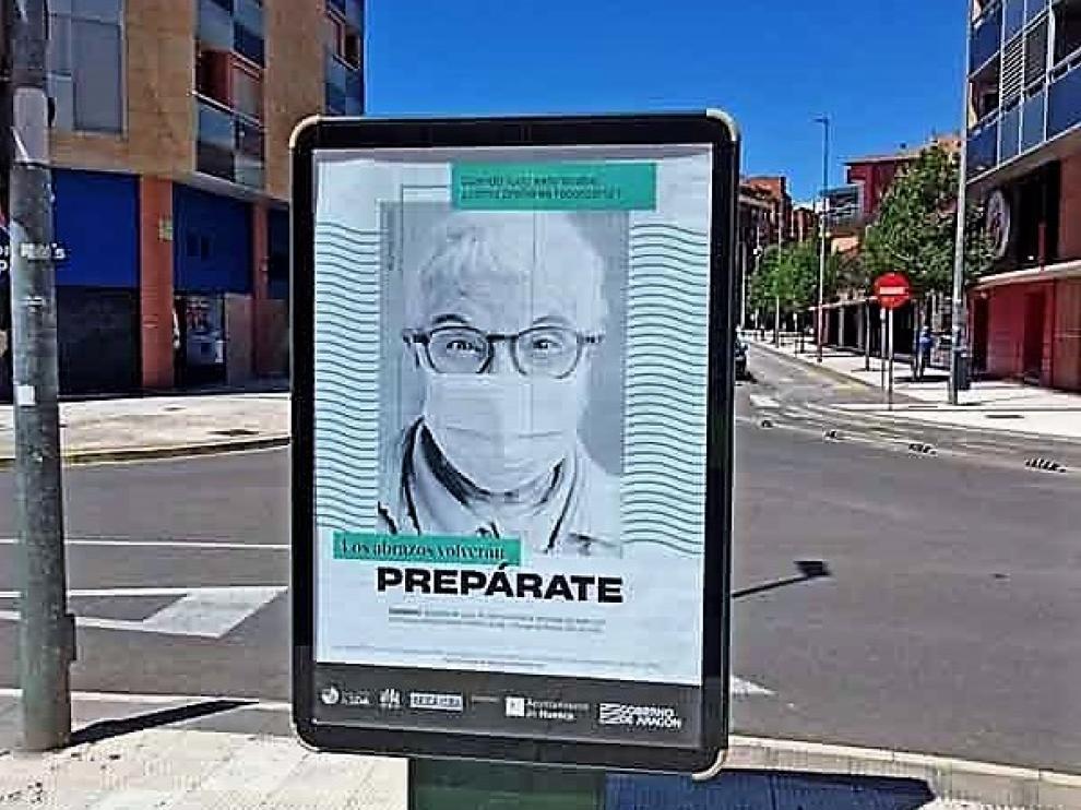 Una de las imágenes de la campaña colocada en un 'mupi' de Huesca.