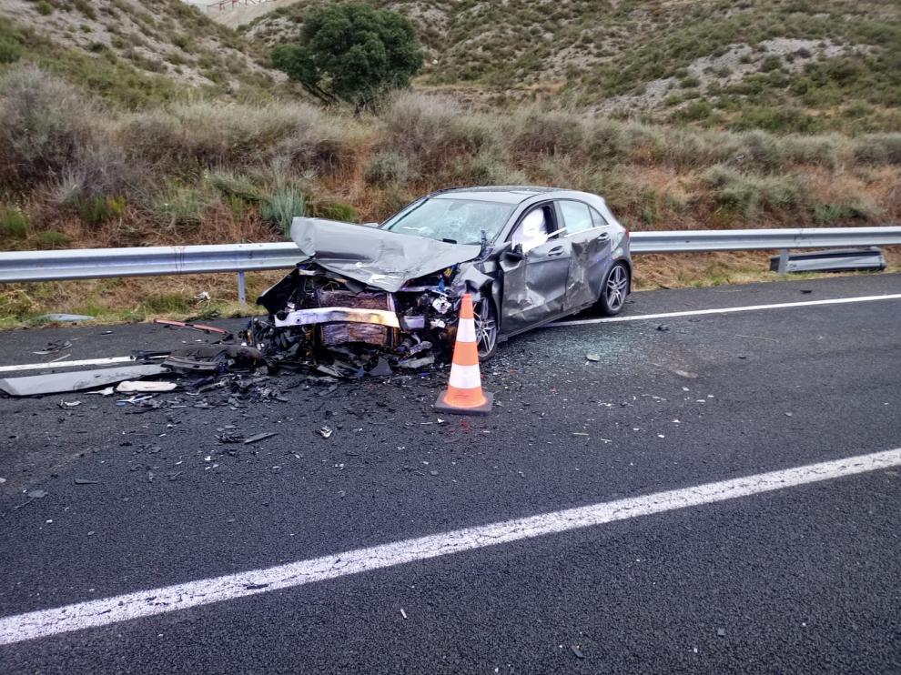 Así ha quedado uno de los vehículos implicado en el accidente de la N-230, en Castillonroy.