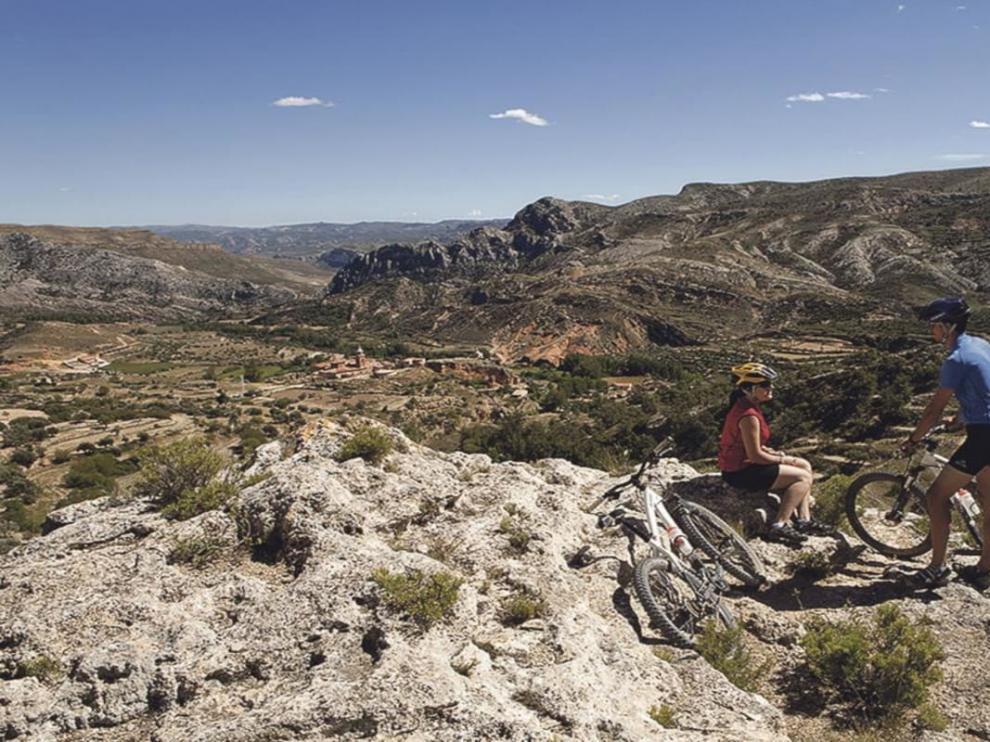 El Centro BTT Maestrazgo tiene en Las Cuevas de Canart (en la imagen, al fondo) uno de sus centros de acogida.