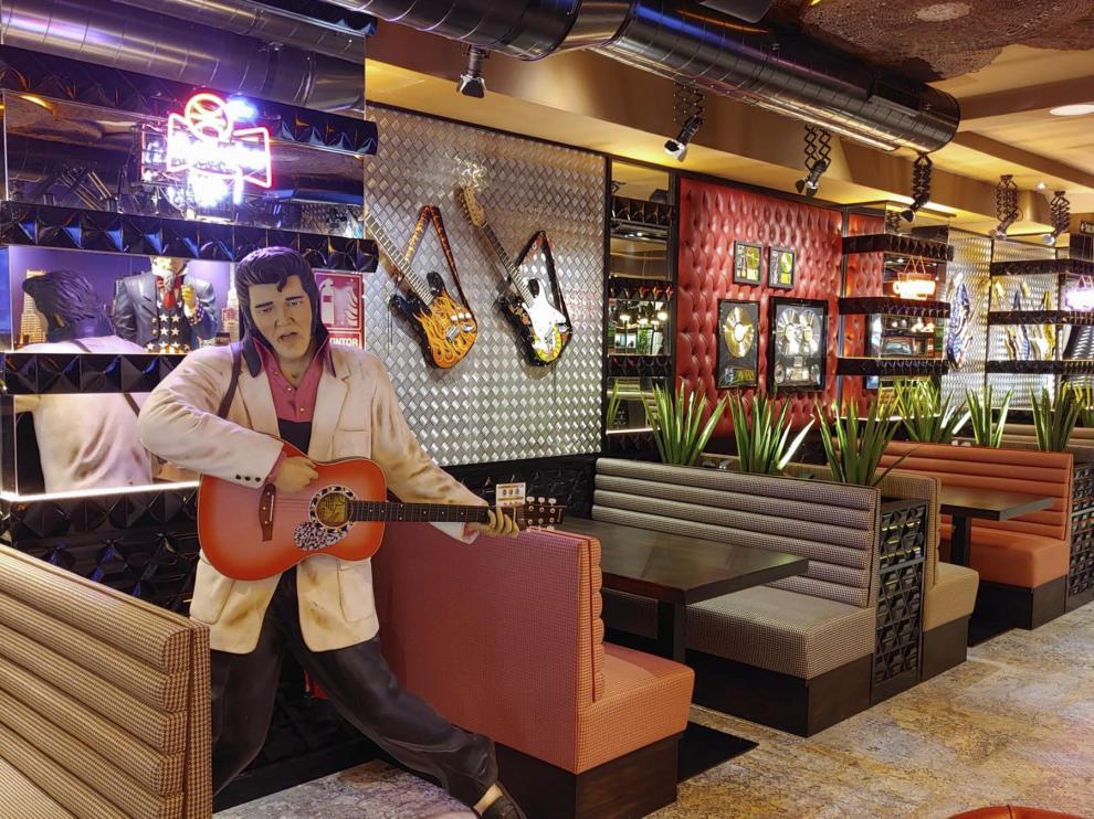 Elvis Presley recibe a los comensales en Jack Rabbit, la nueva hamburguesería del Actur.