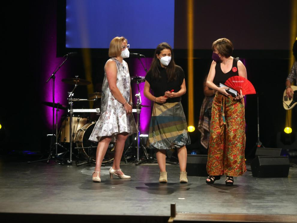 María Biarge (izquierda) entregó el premio a Patricia Roda y Virginia Yagüe.