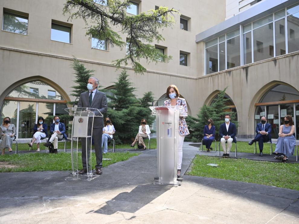 El alcalde, Jorge Azcón, y la vicealcaldesa, Sara Fernández, este viernes junto al resto de miembros del gobierno municipal.