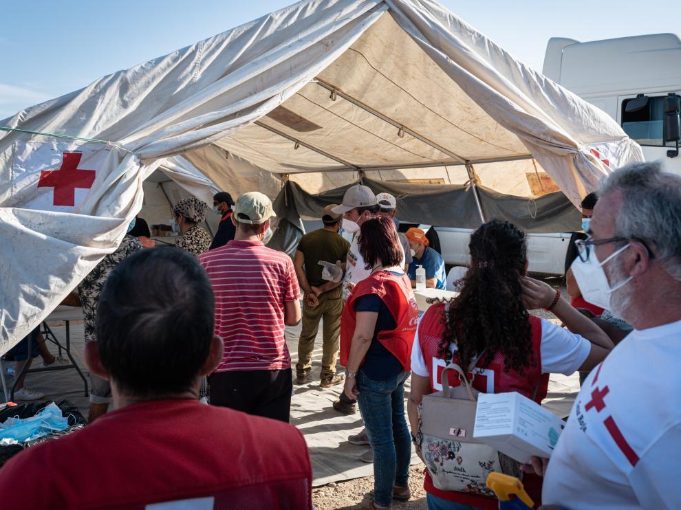 Varias personas acuden a un dispositivo de vacunación contra la covid-19 a cargo de Cáritas y Cruz Roja en Níjar, Almería