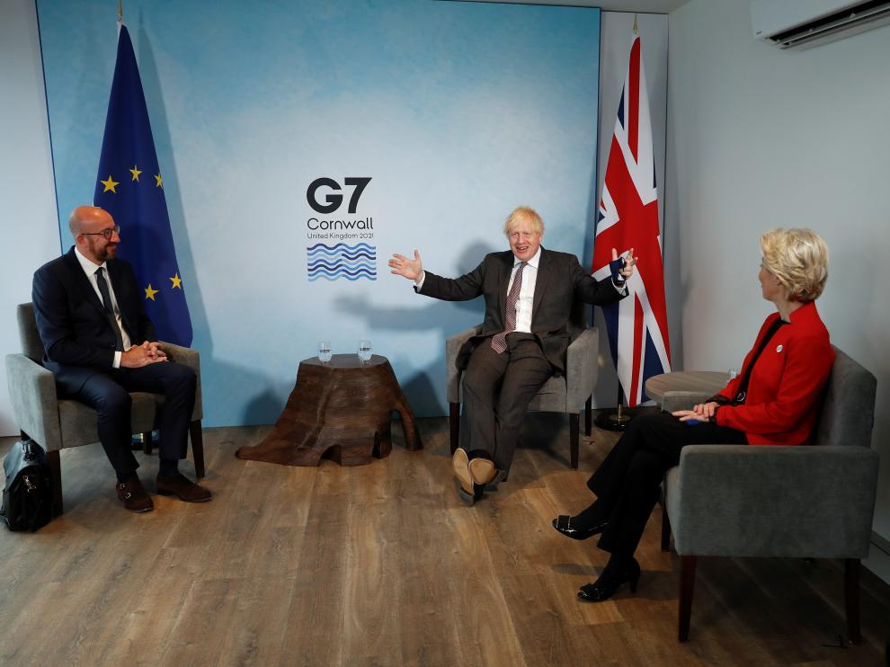 Boris Johnson, con Charles Michel y Ursula von der Leyen