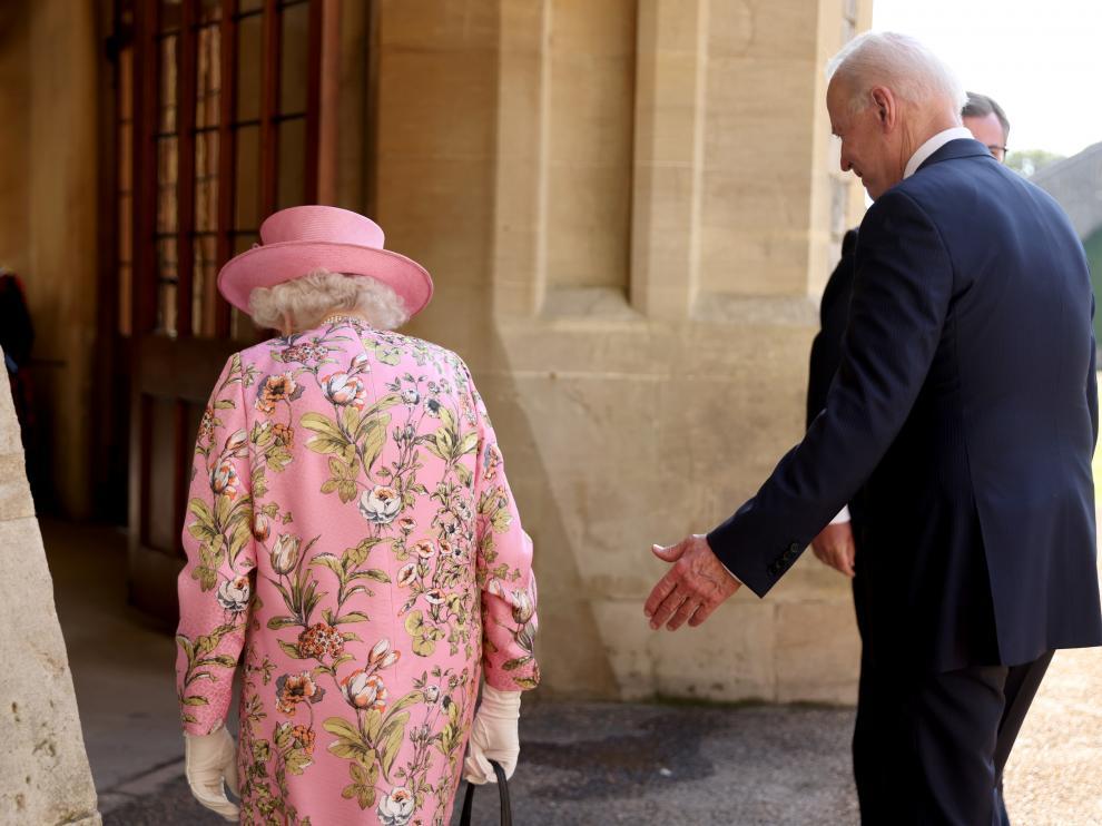 El presidente de EE. UU. Joe Biden, camina junto a la reina de Inglaterra, Isabel II.