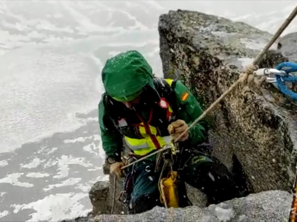 Imagen tomada del vídeo de un agente rapelando para acceder hasta donde estaban los escaladores.