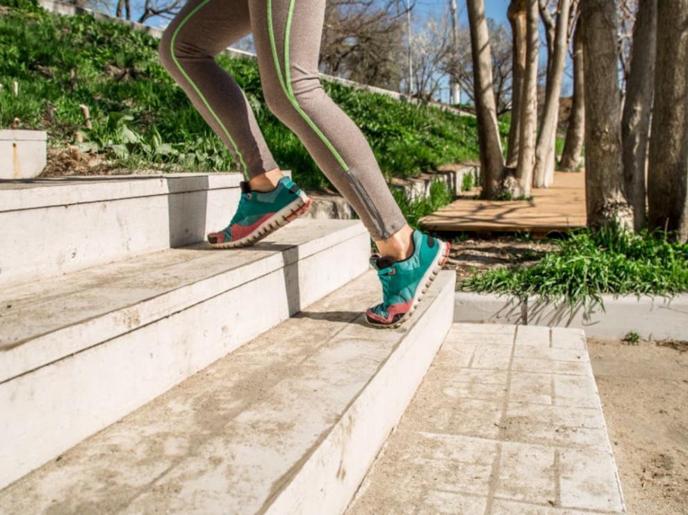 Subir escaleras es un ejercicio recomendado.