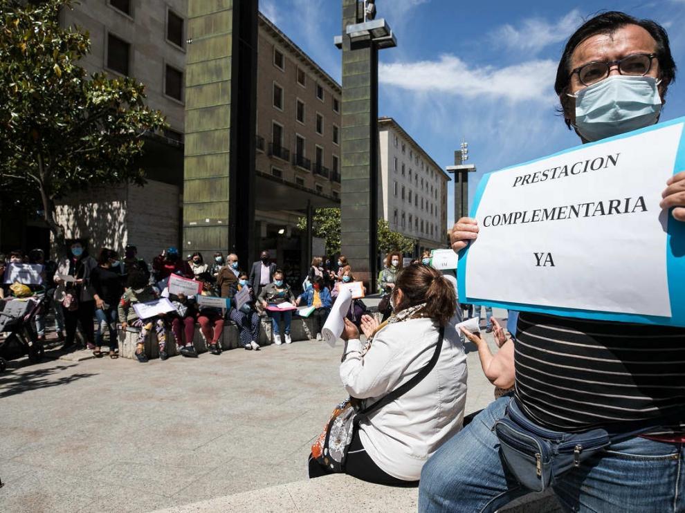 Concentración en Zaragoza para reclamar la puesta en marcha de la prestación aragonesa complementaria.