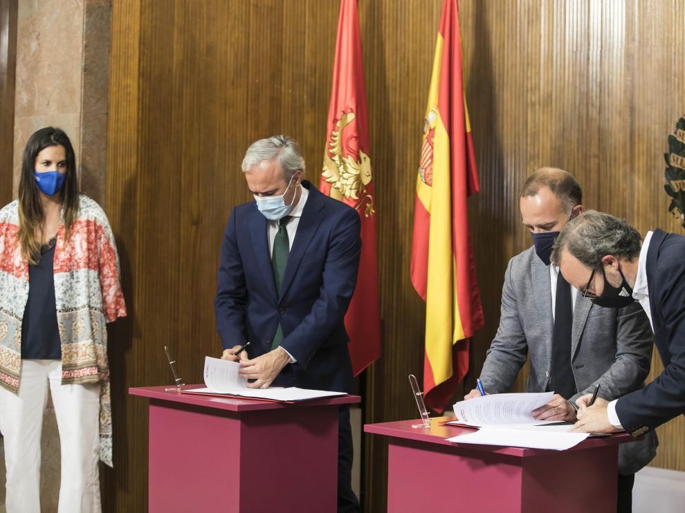 El alcalde, Jorge Azcón, el presidente de la Fundación Real Zaragoza, Christian Lapetra, y el patrono Fernando Sainz de Varanda han sido los encargados de sellar un acuerdo que contiene una ayuda de 500.000 euros.