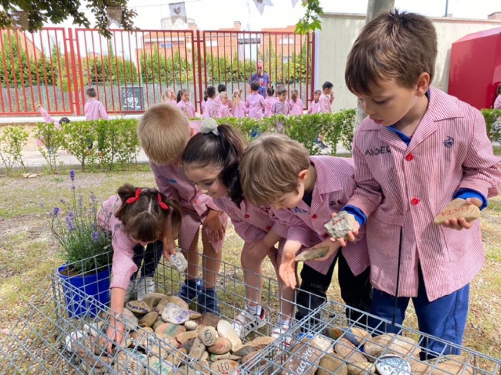 Los más pequeños colocan sus piedras en los gaviones
