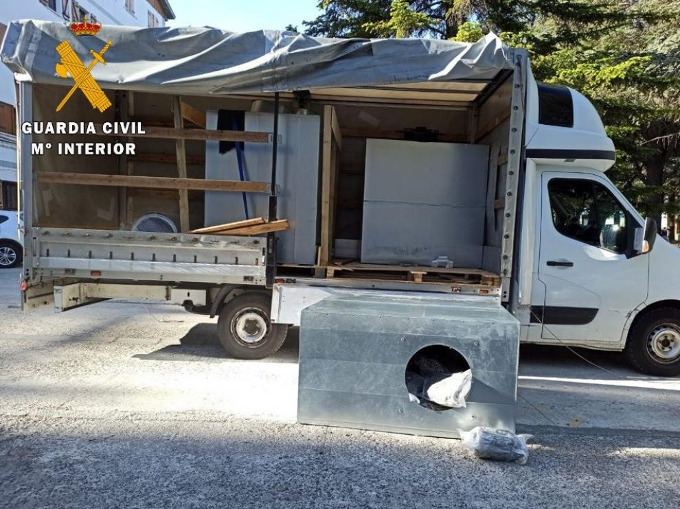 Las bolsas de marihuana iban ocultas en unos cajones de aluminio dentro del camión interceptado en Puente La Reina de Jaca.