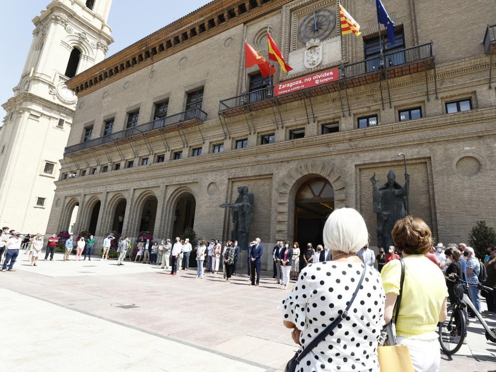 Minuto de silencio contra la violencia de género celebrado este lunes a las puertas del Ayuntamiento de Zaragoza