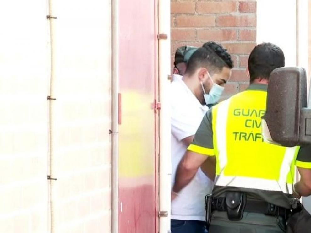 El detenido, Manuel C. T., a su salida del cuartel de Casetas, camino del juzgado de guardia.