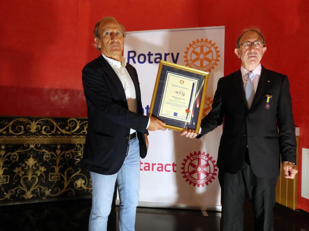Petón recibe la distinción del Rotary Club de Huesca.