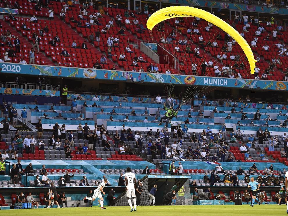 Un activista de Greenpeace pierde el control de su paracaídas y cae en el Allianz Arena de Múnich.