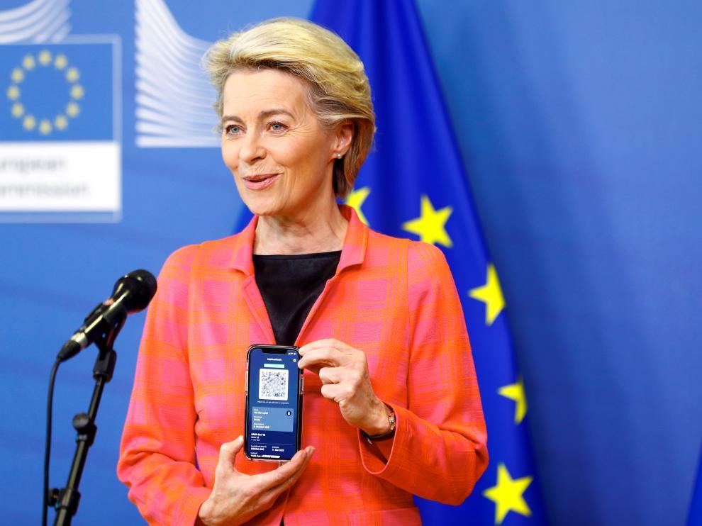 Ursula von der Leyen muestra su certificado en el móvil