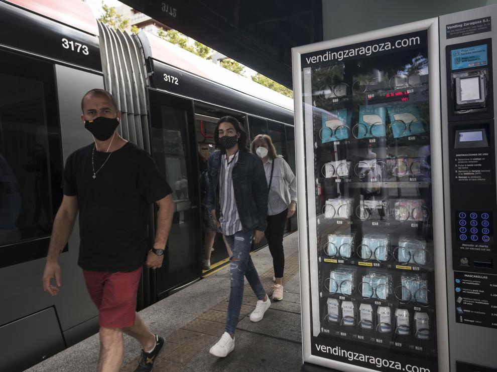 Una máquina de 'vending' de mascarillas, en la parada del tranvía de plaza de Aragón.