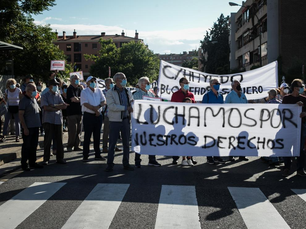 Protesta de los vecinos ante el bloqueo del proyecto de prolongación de la calle de Hayedo de Zaragoza