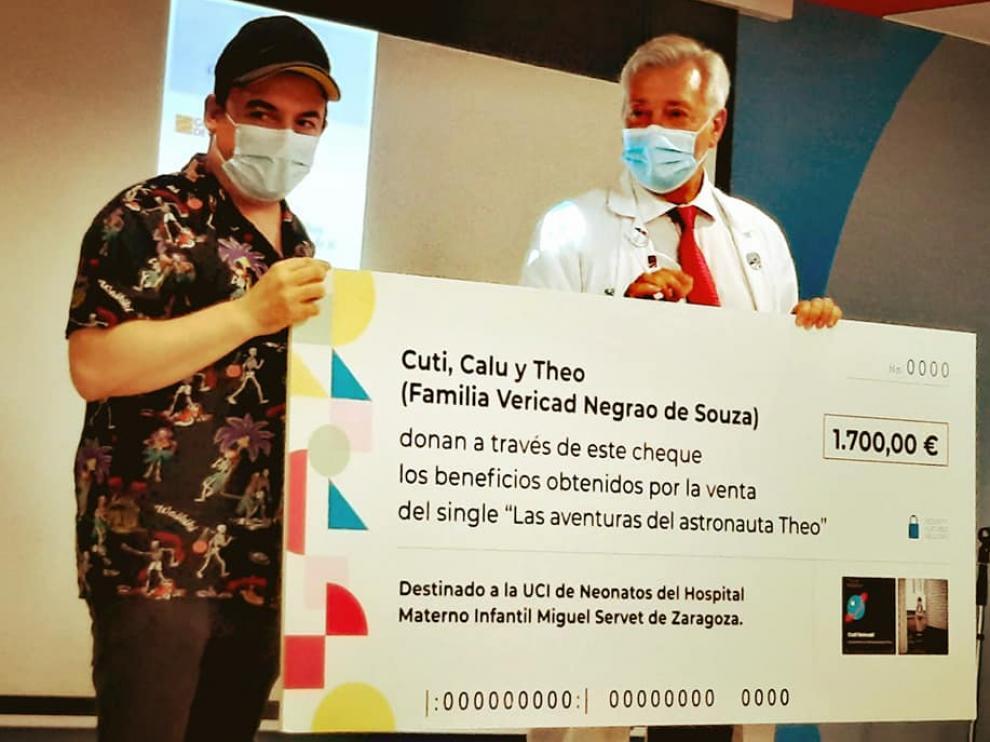 Cuti Vericad le entrega al doctor Luis Callén el cheque.
