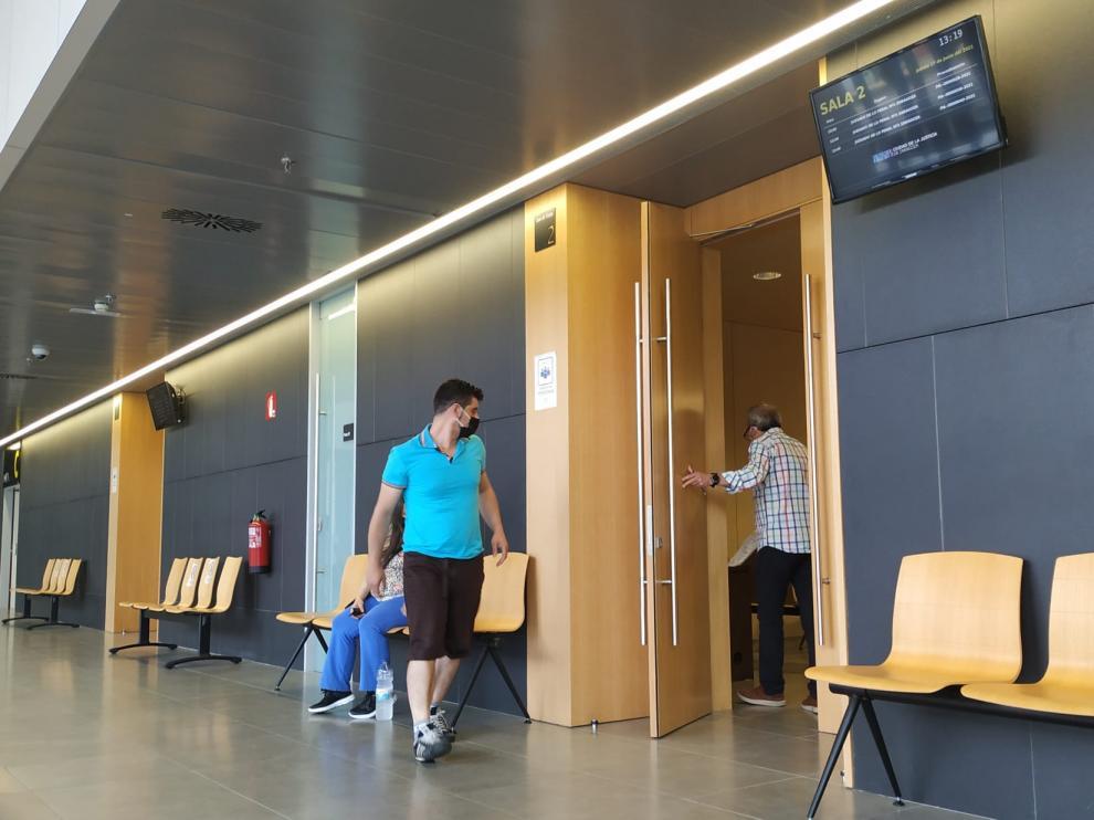 El acusado, cuando entraba a la sala de vistas de la Ciudad de la Justicia de Zaragoza.