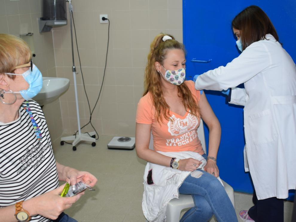 Una interna es vacunada por las enfermeras de la prisión de Zuera.