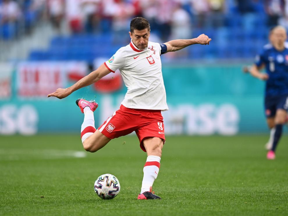 Robert Lewandowski dispara a portería en el primer partido de la Eurocopa contra Eslovaquia.