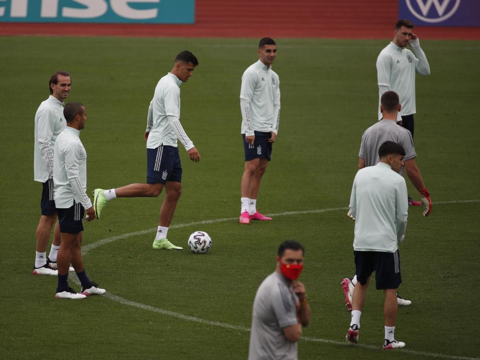 Los jugadores de la selección española, durante el entrenamiento de este viernes antes de viajar a Sevilla.
