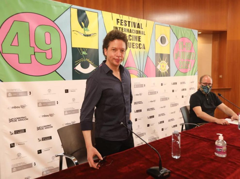 Michel Franco, de pie, y el director del Festival de Cine de Huesca, Rubén Moreno.