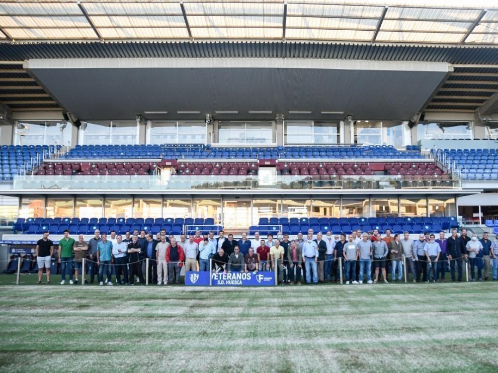 Los veteranos de la SD Huesca posaron para la posteridad.