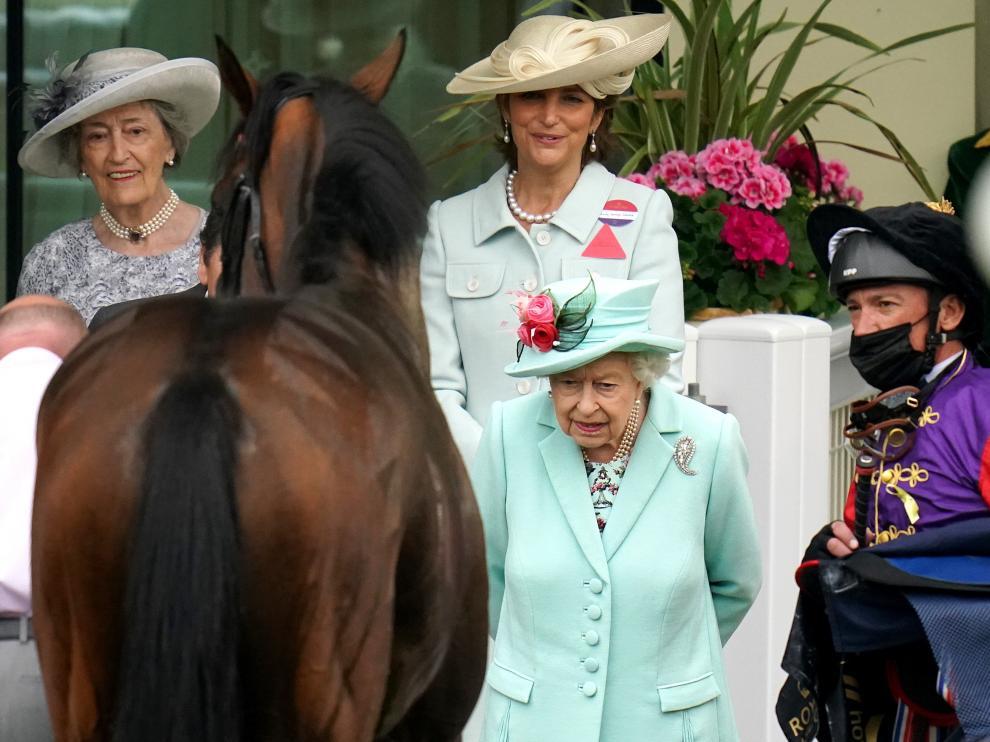 La reina Isabel II es muy aficionada a las carreras de caballos.