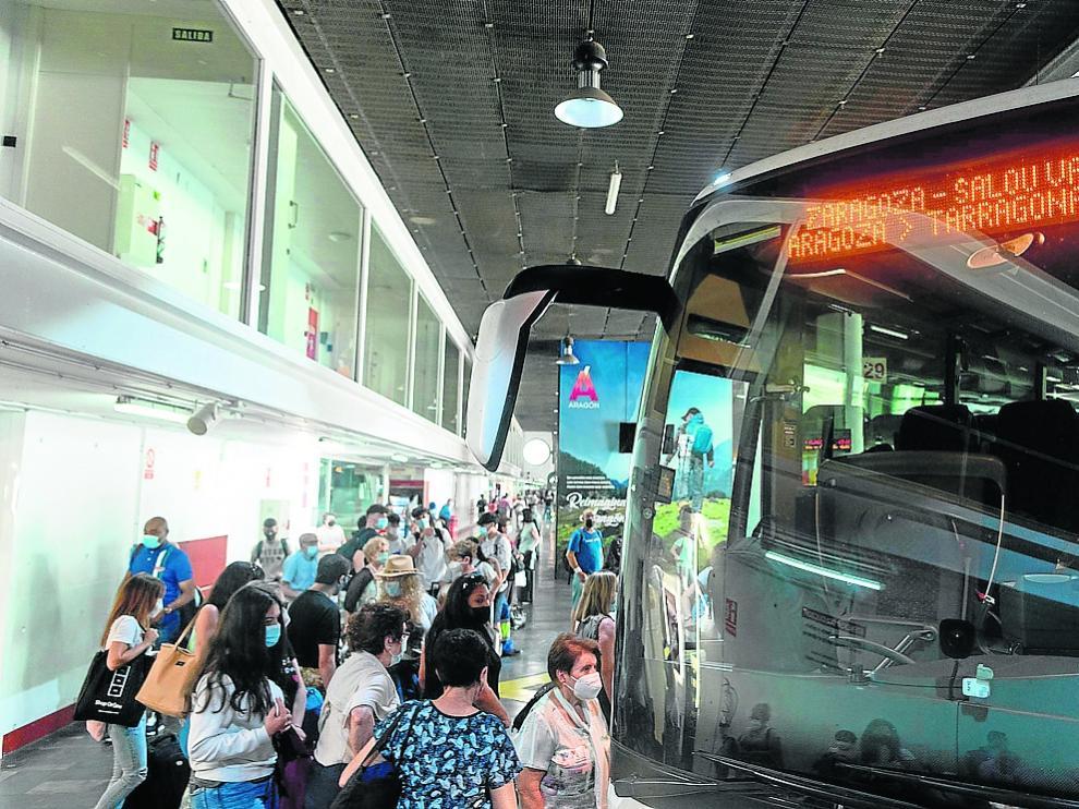 Un grupo de viajeros espera a subir al autobús de Salou, el pasado viernes, en la estación de Delicias.