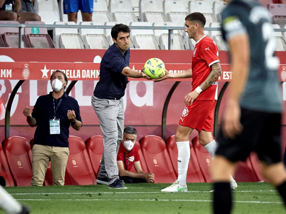 Iraola da instrucciones a sus futbolistas durante el choque de Montilivi.