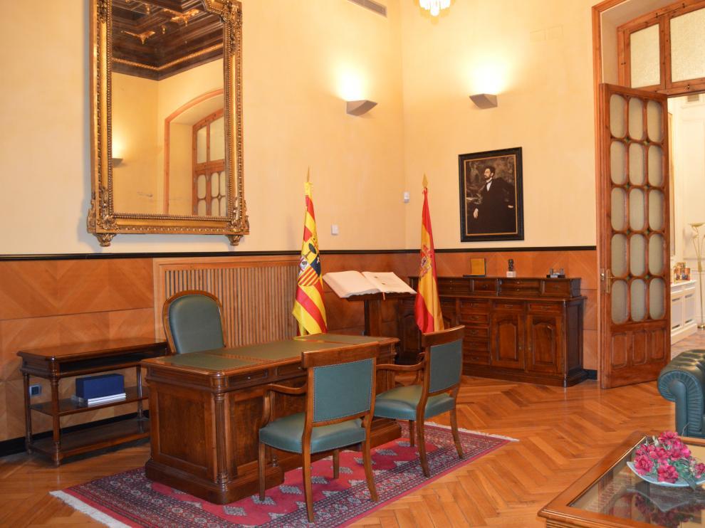 Un retrato de Basilio Paraíso preside esta emblemática estancia del edificio Caja Rural de Aragón.