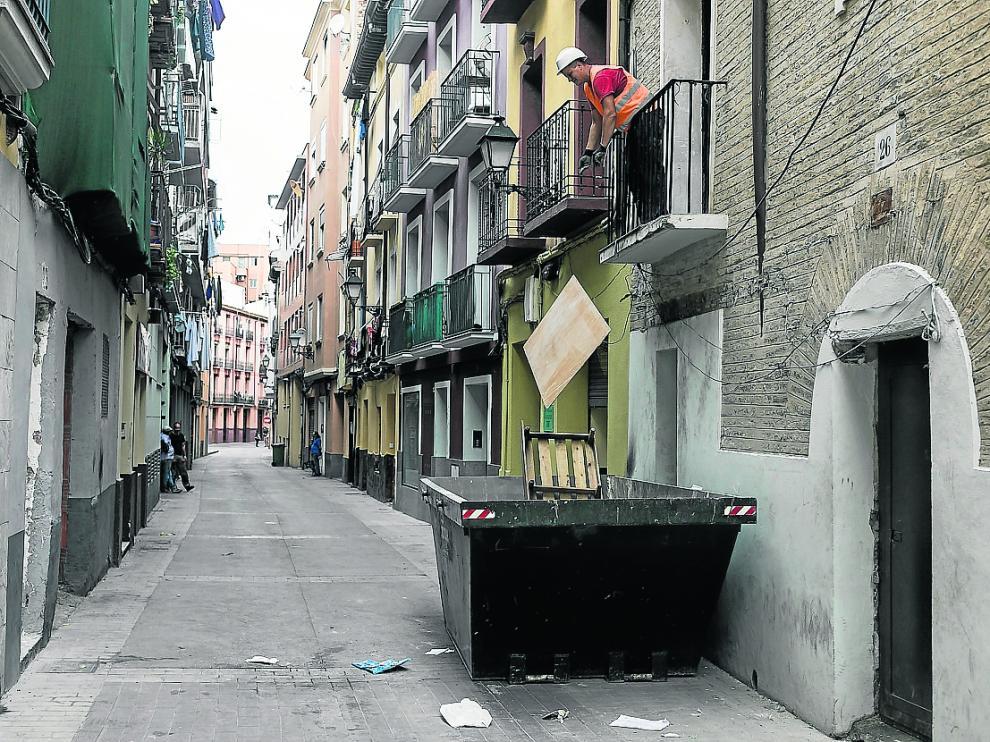 Trabajos de limpieza de un edificio okupado en la calle de Agustina de Aragón, en 2019.