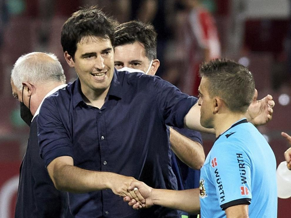 Andoni Iraola saluda al colegiado del partido ante el Girona.