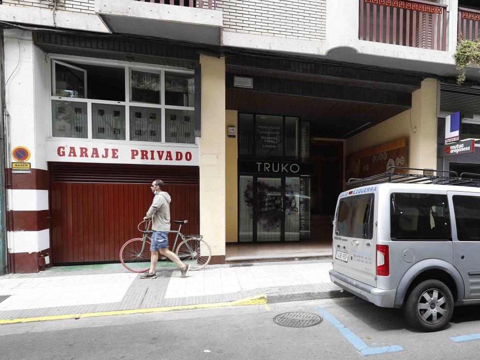 Un garaje privado junto a plazas de estacionamiento regulado en la calle de Doctor Cerrada.