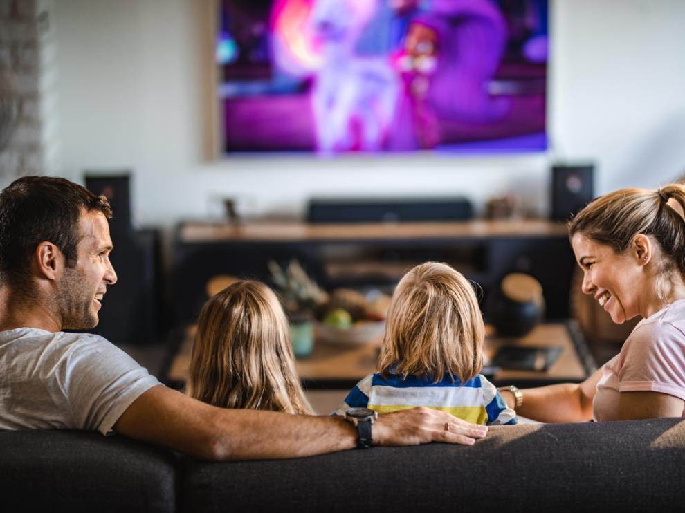 Toda la familia junta viendo la televisión