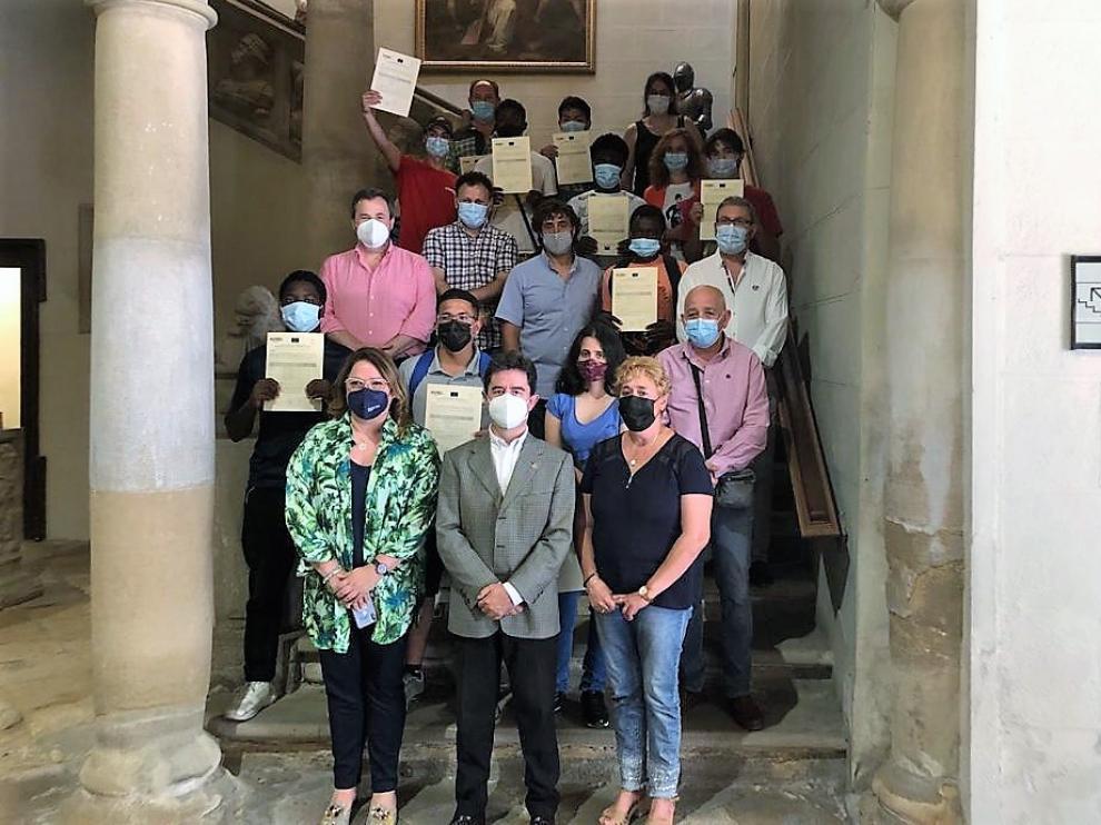 Los alumnos de los cursos con el alcalde y concejales tras recibir sus diplomas.