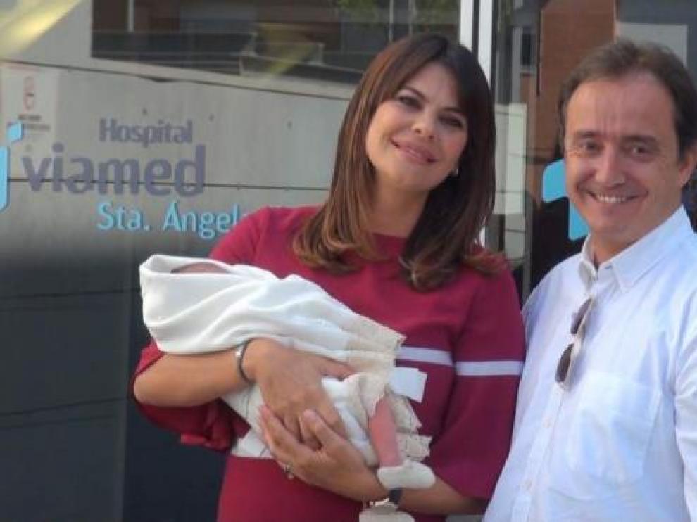 María José Suárez y Jordi Nieto con uno de los hijos que tienen en común.