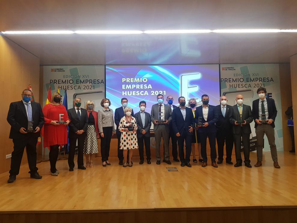 Foto de familia de los galardonados en los Premios Empresa Huesca 2021.