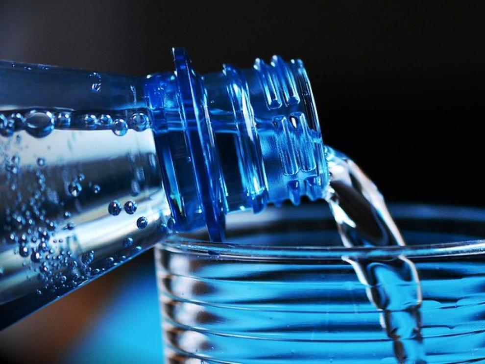 ¿Cuánta agua es recomendable beber al día?