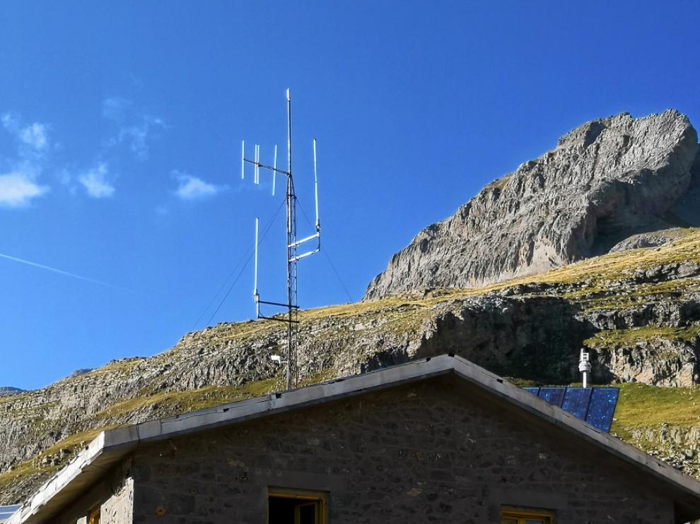 Antena de radio para el canal SOS-Montaña en el refugio de Góriz.