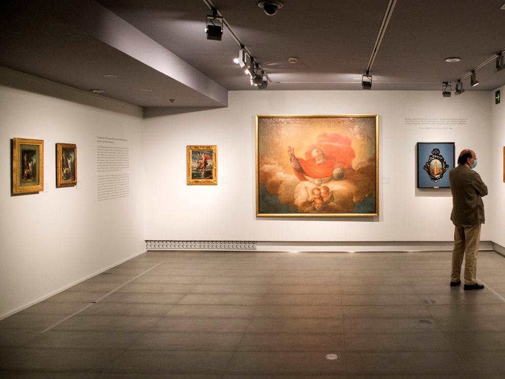 En la pared del fondo, las tres pinturas de Goya que descubre la exposición presentada ayer en Zaragoza