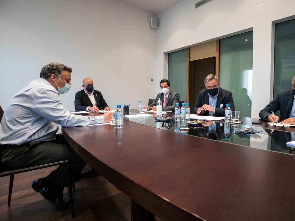 Los participantes y el moderador tomaron nota de las novedades en materia de RSC, en la mesa debate. oliver duch