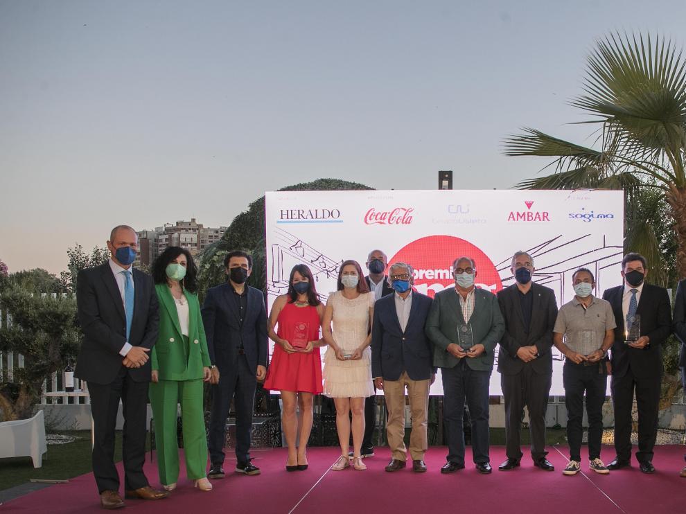 Los galardonados en los Premios Con Mucho Gusto, junto a los representantes de las empresas patrocinadoras, responsables de HERALDO y el consejero Olona